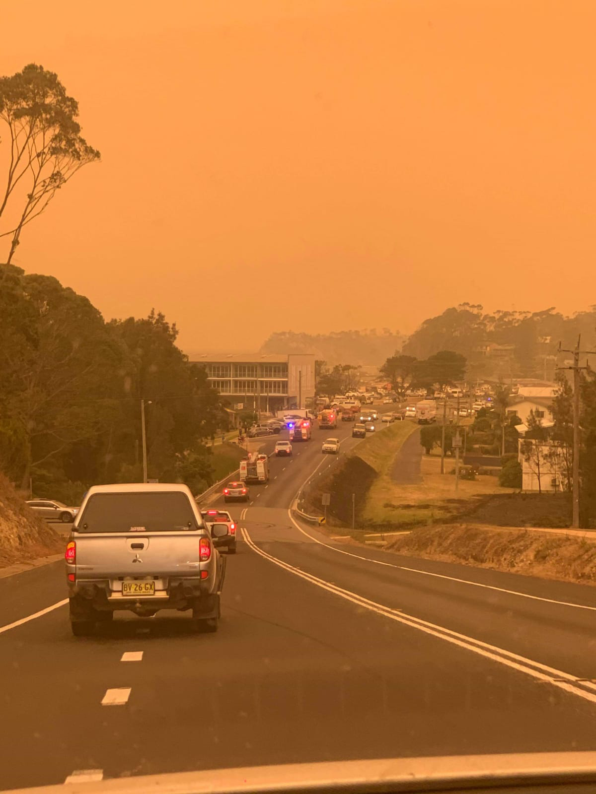 Malua Bay fire fighters rush to the wildfire © Melinda Varcoe